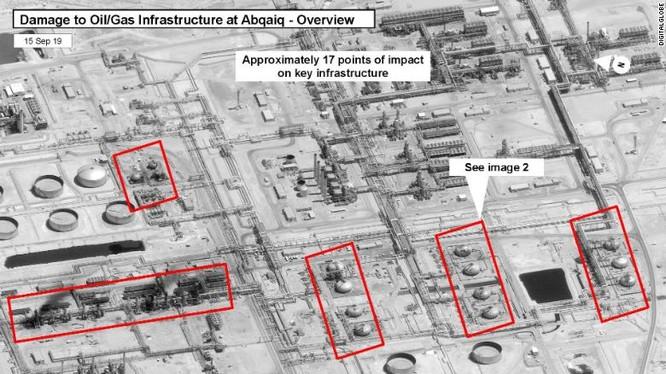 Bức ảnh chụp vệ tinh cho thấy có 17 điểm tổn thất tại một cơ sở dầu khí quan trọng của Arab Saudi sau đòn tấn công (Ảnh: CNN)