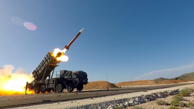 Hệ thống phòng không Patriot do Mỹ chế tạo bất lực trước các đòn tấn công tầm thấp (Ảnh: DefenseNews)