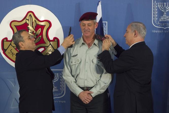 Ông Gantz (giữa) trong lễ nhậm chức vụ Tổng tham mưu trưởng IDF (Ảnh: RT)