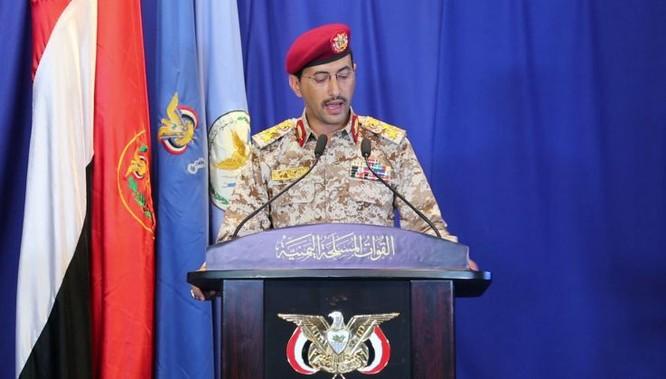 Phát ngôn viên của Houthi trong một cuộc họp báo cùng ngày (Ảnh: Newsweek)