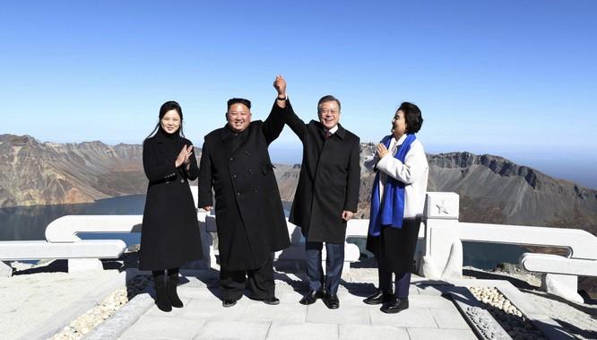Lãnh đạo Kim Jong-un và Tổng thống Hàn Quốc Môn Jae-in trong chuyến thăm núi Paektu hồi năm ngoái (Ảnh: AP)