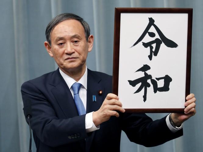 Ông Yoshihide Suga công bố niên hiệu mới của Nhật Bản hồi đầu năm nay (Ảnh: JapanTimes)