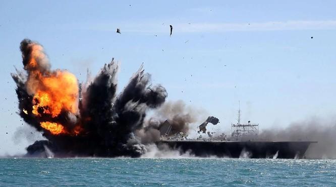 Hải quân Iran diệt hạm trong một cuộc tập trận (Ảnh: Getty)