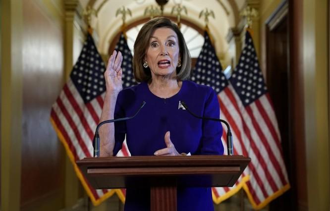 Chủ tịch Hạ viện Nancy Pelosi tuyên bố về quyết định mở cuộc điều tra luận tội ông Trump (Ảnh: Reuters)