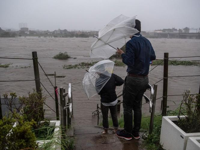 Nhiều khu vực lân cận thủ đô Tokyo bị ngập lụt do lượng mưa lớn mà cơn bão kéo theo (Ảnh: AP)