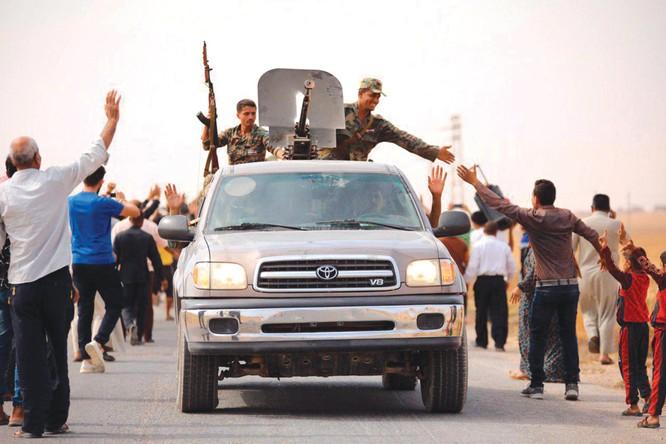Lực lượng chính phủ Syria được chào đón ở Manbij (Ảnh: BBC)