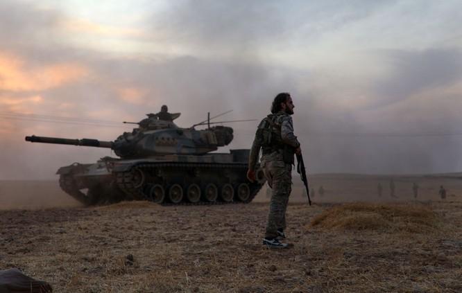 Một chiến binh thuộc lực lượng Thổ Nhĩ Kỳ hậu thuẫn đứng cạnh chiếc xe tăng M60 do Mỹ sản xuất bên ngoài thị trấn Manbij (Ảnh: AFP)