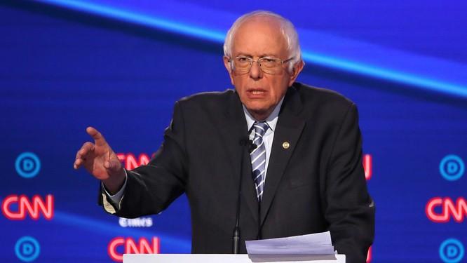 Ông Sanders bỗng dưng nhận được tin vui vào cuối buổi tranh luận (Ảnh: FT)