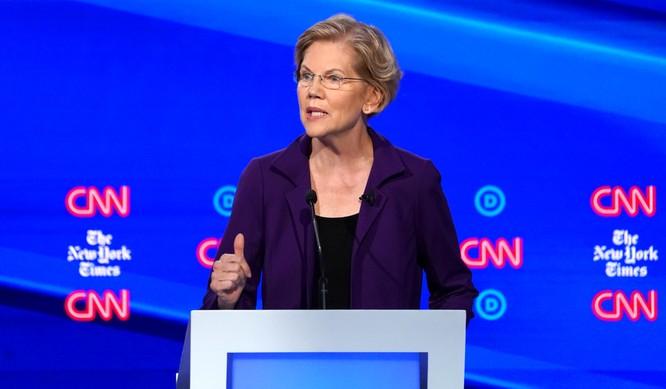 Bà Warren trở thành mục tiêu hứng đòn công kích của các ứng viên còn lại (Ảnh: NBC)