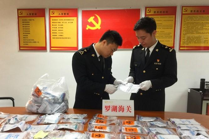 Lực lượng hải quan Trung Quốc thu giữ 142 ống máu xét nghiệm từ ba-lô của bé gái 12 tuổi tại cửa khẩu La Hồ (Ảnh: SCMP)
