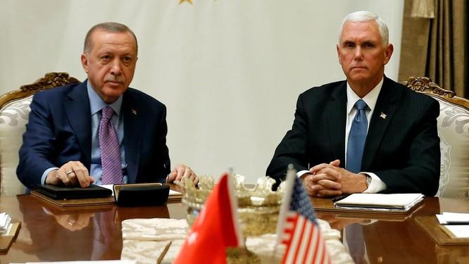 Sau cuộc họp kín, ông Pence và Erdogan không trả lời câu hỏi nào của báo giới (Ảnh: The National)