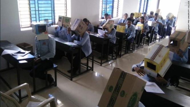 Phần trước của hộp các-tông có khoét một mảng để học sinh nhìn được bài thi của mình (Ảnh: CNN)