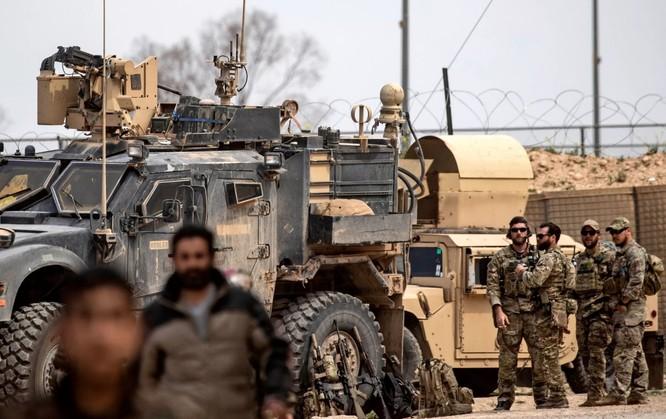 Binh sĩ Mỹ canh gác gần mỏ dầu Omar ở Deir Ezzor, miền Đông Syria hồi tháng 3 năm nay (Ảnh: Newsweek)