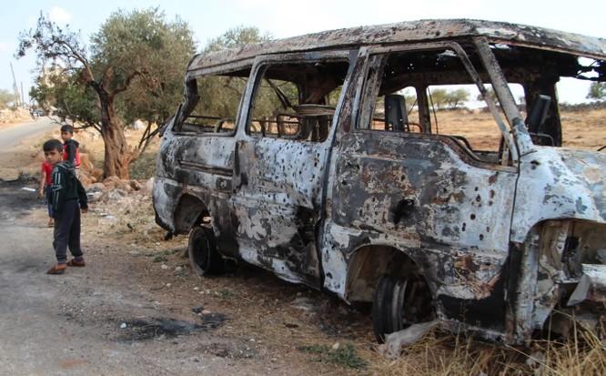 Một chiếc xe bị hư hại nặng trong chiến dịch đột kích nơi ở của thủ lĩnh IS ở làng Barisha, tỉnh Idlib, Syria (Ảnh: Newsweek)