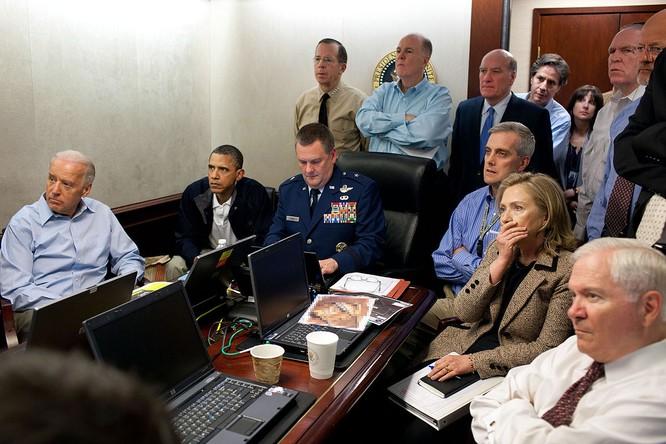 Bức ảnh chụp ông Obama cùng các lãnh đạo cấp cao theo dõi cuộc đột kích trùm khủng bố Osama bin Laden trong Phòng Tình huống năm 2011 (Ảnh: Newsweek)