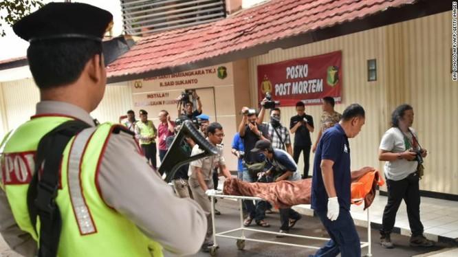 Cảnh sát Indonesia di chuyển thi thể của một công dân Canada thiệt mạng trong vụ tấn công ngày 14/1/2016 ở Jakarta (Ảnh: CNN)