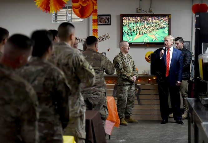 Ông Trump có bài phát biểu ngắn, đằng sau là hình ảnh lễ diễu hành được truyền hình trực tiếp từ New York (Ảnh: NBC)