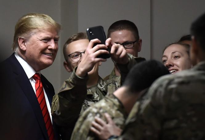 Chụp ảnh selfie cùng các binh sĩ (Ảnh: EpochTimes)