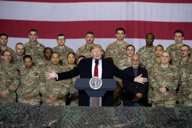Ông Trump có bài phát biểu trước khi lên đường trở về Mỹ (Ảnh: NYTimes)