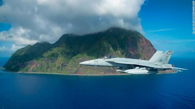 Một chiếc F/A-18E Super Hornet của Mỹ bay qua đảo Bắc Iwo Jima năm 2016 (Ảnh: CNN)