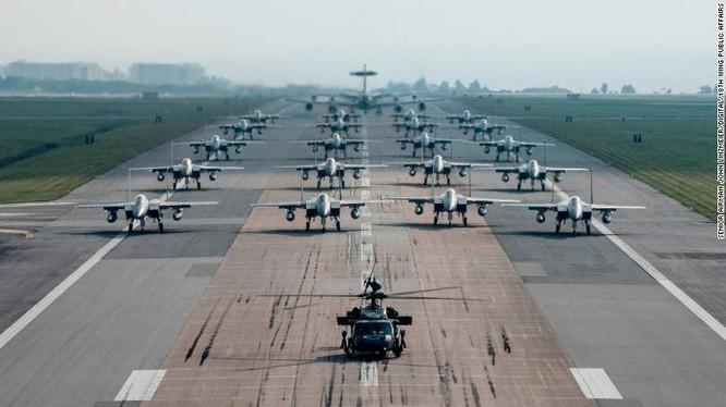 Máy bay quân sự Mỹ diễn tập tại căn cứ không quân Kadena ở Okinawa năm 2017 (Ảnh: CNN)