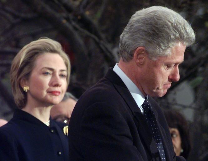 Tổng thống Bill Clinton thể hiện sự hối hận sâu sắc sau khi Ủy ban Tư pháp Hạ viện thông qua điều khoản luận tội ông (Ảnh: AFP)