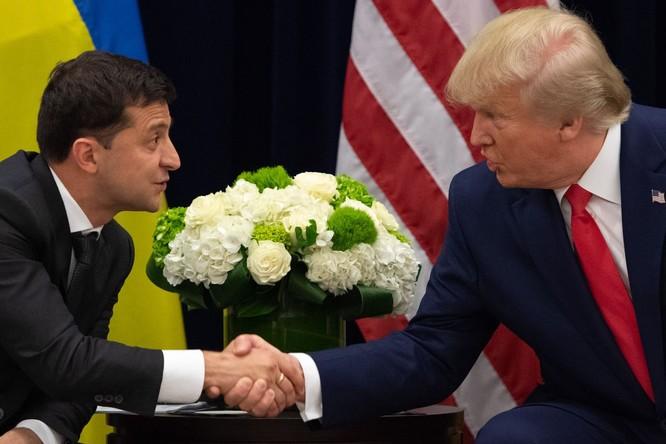 Tổng thống Trump và người đồng cấp Ukraine Zelensky trong một cuộc gặp (Ảnh: Vox)