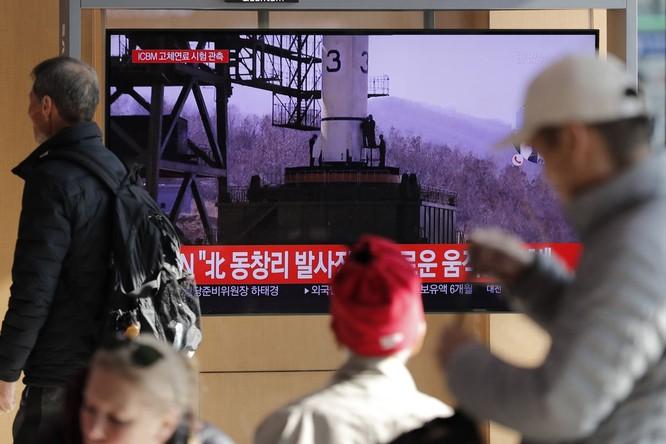 Người dân Hàn Quốc theo dõi một vụ phóng của Triều Tiên qua truyền hình (Ảnh: Yonhap)