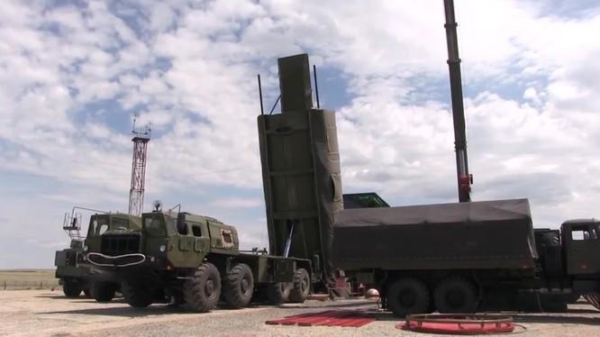 Hình ảnh cho thấy Avangard đang được chuyển vào tháp phóng (Ảnh: RT)