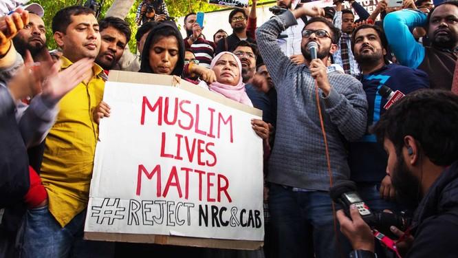 Cộng đồng người Hồi giáo ở Ấn Độ biểu tình phản đối luật công dân (Ảnh: Vox)