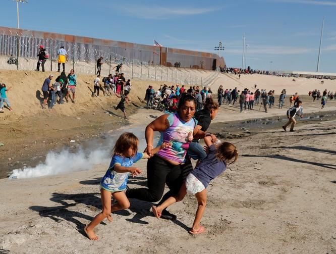 Người di cư tháo chạy khỏi lực lượng tuần biên tại khu vực biên giới giữa Mỹ và Mexico (Ảnh: Reuters)