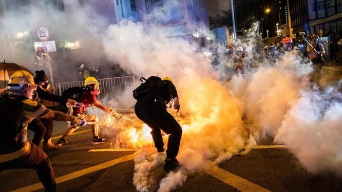 Người biểu tình Hong Kong trong một cuộc đụng độ với lực lượng cảnh sát (Ảnh: NYTimes)