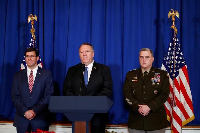 Ngoại trưởng Mỹ Mike Pompeo (giữa) phát biểu tại khu nghỉ dưỡng Mar-a-Lago sau đòn không kích (Ảnh: Reuters)