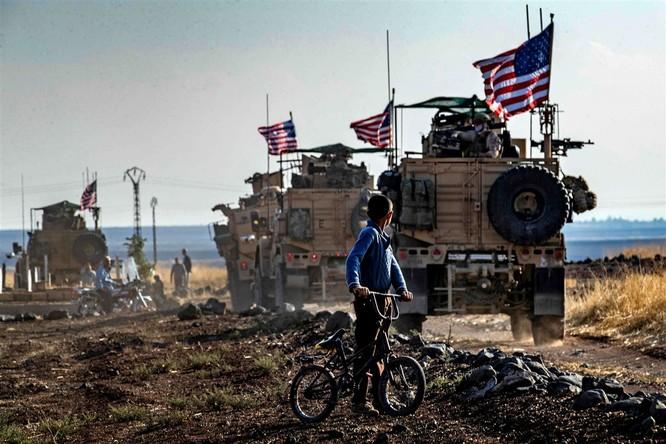 Đoàn xe tuần tra của quân đội Mỹ tại khu vực gần biên giới Syria-Thổ Nhĩ Kỳ ngày 31/10/2019 (Ảnh: NBC)