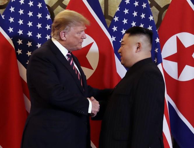 Tổng thống Mỹ Donald Trump bắt tay Chủ tịch Triều Tiên Kim Jong-un tại Hội nghị thượng đỉnh Mỹ-Triều tổ chức tại Hà Nội (Ảnh: CNBC)