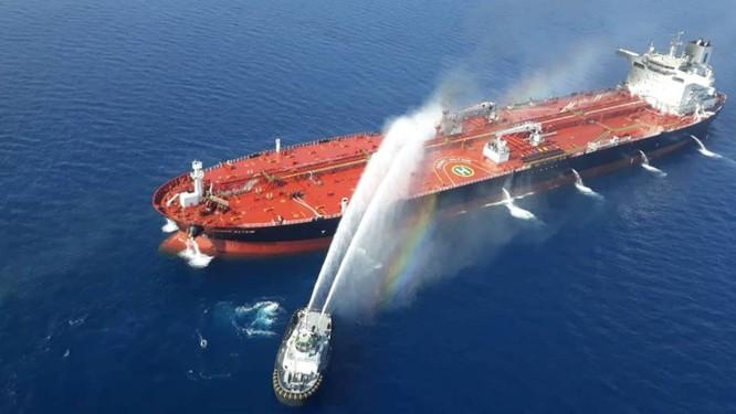 Tàu Iran cố gắng dập lửa trên con tàu chở dầu sau khi nó bị tấn công trên Vịnh Oman (Ảnh: Reuters)