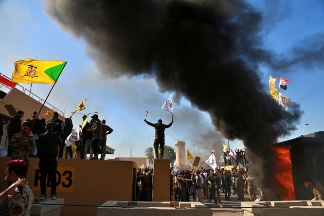 Người biểu tình bao vây bên ngoài Đại sứ quán Mỹ tại Baghdad, Iraq (Ảnh: Vox)