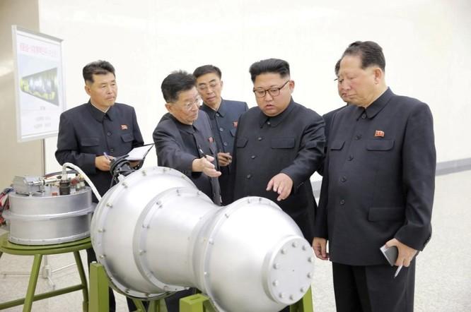 Ông Kim Jong-un trong lúc đưa ra chỉ đạo về chương trình phát triển hạt nhân trong chuyến thị sát ngày 3/9/2017 (Ảnh: KCNA)