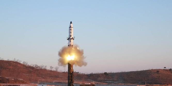 Một vụ thử tên lửa KN-15 mà Triều Tiên thực hiện (Ảnh: Getty)