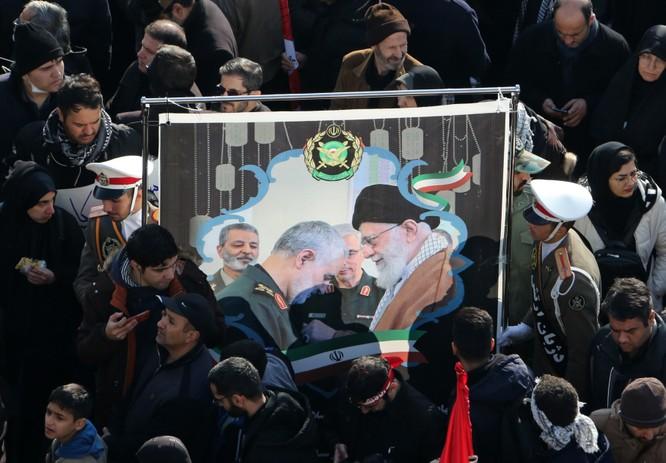 Người dân Iran giơ cao tấm ảnh lớn có hình Lãnh tụ tối cao Khamenei và tướng Qasem Soleimani (Ảnh: CNN)