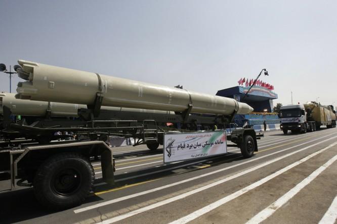 Tên lửa Qiam của Iran xuất hiện trong trong một cuộc diễu binh tại Tehran (Ảnh: AP)