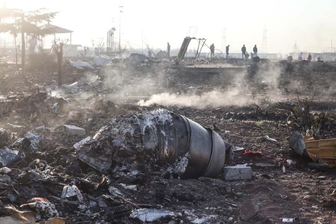 Các mảnh vỡ của máy bay gặp nạn trải dài trên mặt đất, tại hiện trường tai nạn (Ảnh: CNN)