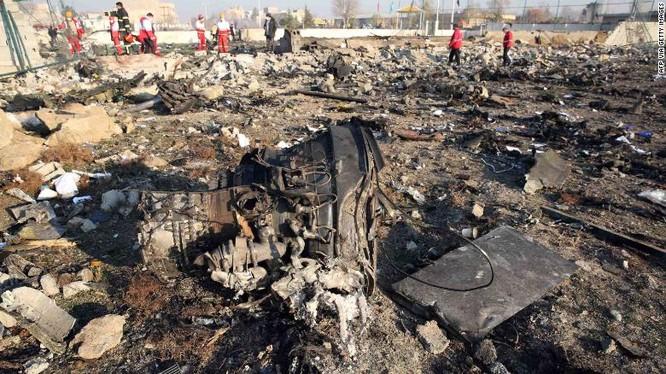 Các lực lượng chức năng Iran kiểm tra hiện trường vụ tai nạn máy bay (Ảnh: CNN)