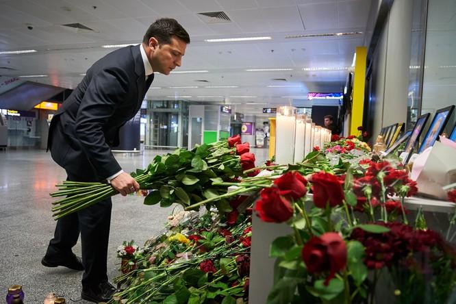 Tổng thống Ukraine Volodymyr Zelensky đặt hoa tưởng niệm các nạn nhân tại sân bay Boryspil, Ukraine (Ảnh: CNN)