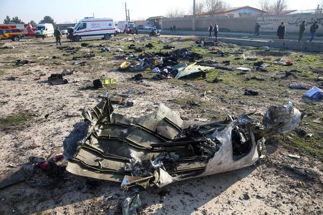 Các mảnh vỡ từ chiếc máy bay gặp nạn nằm la liệt tại hiện trường (Ảnh: Reuters)
