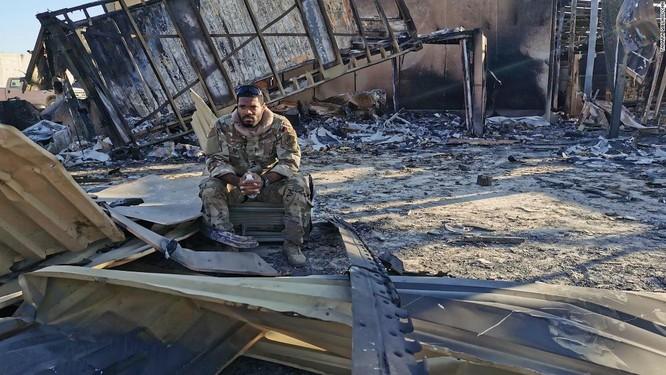 Ferguson ngồi giữa đống đổ nát từng là khu nhà ở của các phi công điều khiển drone (Ảnh: CNN)