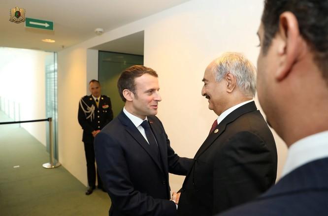 Tổng thống Pháp Emmanuel Macron bắt tay tướng Khalifa Haftar trước khi hội nghị Berlin bắt đầu (Ảnh: RT)