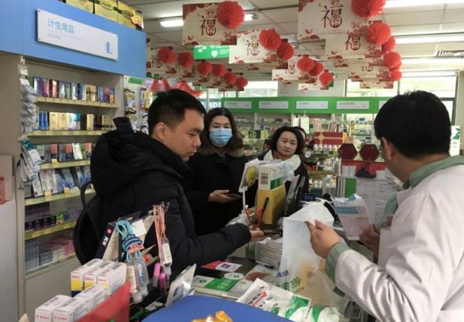 Người dân xếp hàng mua khẩu trang tại một hiệu thuốc ở thủ đô Bắc Kinh, Trung Quốc (Ảnh: Reuters)