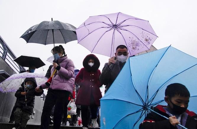 Người dân thành phố Thượng Hải mang khẩu trang như một biện pháp phòng dịch (Ảnh: Reuters)