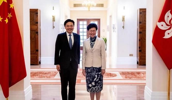 """Bộ trưởng Phát triển Quốc gia Singapore Lawrence Wong và Đặc khu trưởng Hong Kong Carrie Lam đã cảnh báo về """"chứng sợ hãi"""" đối với người Trung Quốc (Ảnh: SCMP)"""